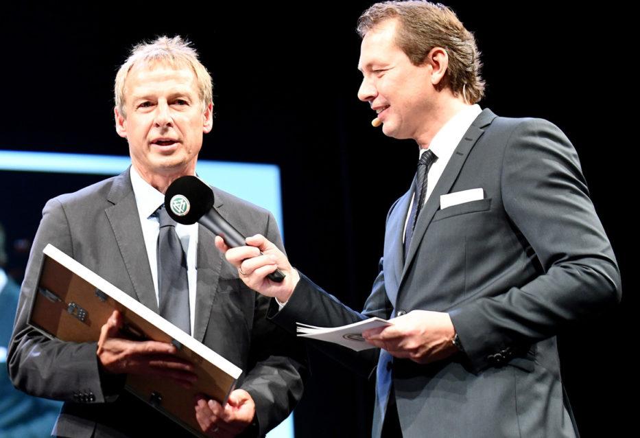Medientrainer Köttker mit Klinsmann am Mikrofon