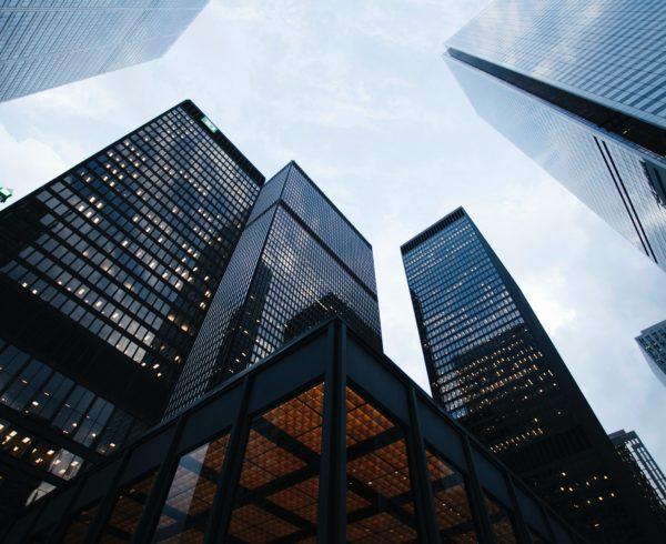 CEO-Kommunikation: Hochhäuser, die ein Unternehmensviertel darstellen.